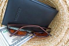 Пасспорт с наличными деньгами и солнечные очки в шляпе Стоковое Изображение