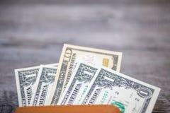Пасспорт Таиланда и куча пасспорта денег доллара США Стоковые Фотографии RF