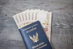 Пасспорт Таиланда и куча тайского пасспорта денег ванны Стоковое Фото