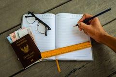 Пасспорт Таиланда с деньгами, желтым правителем, рукой с карандашем Стоковая Фотография RF