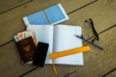 Пасспорт Таиланда с деньгами, карандашем и желтым правителем Стоковое Фото
