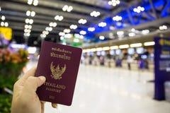 Пасспорт Таиланда удерживания руки Стоковые Изображения