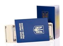 Пасспорт Украина с долларами США Стоковое Изображение