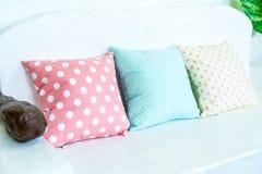 пастельная подушка на софе стоковая фотография rf