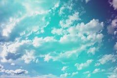 Пастельное голубое небо и белая пасмурная предпосылка, небо заволакивают scape в ландшафте сельской местности Таиланда, свежем и  стоковое изображение