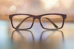 Пастельные стекла глаза на деревянной предпосылке с bokeh Стоковые Изображения