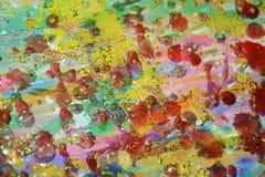 Пастельные waxy пятна украшают дырочками предпосылку золота темную, красят текстуру Стоковое Изображение