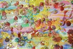 Пастельные waxy пятна украшают дырочками предпосылку фиолетового золота темную, красят текстуру Стоковое фото RF