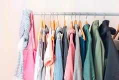 Пастельные женские одежды в ряд стоковые фотографии rf