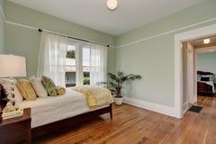 Пастельные зеленые стены в спальне детей красный цвет дома входа двери стула нутряной самомоднейший Стоковая Фотография