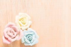 Пастель Роза крупного плана на деревянной предпосылке Стоковые Изображения