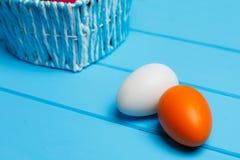 2 пасхального яйца на деревянной предпосылке Стоковое Изображение RF