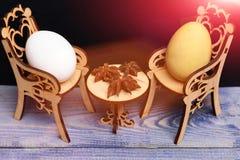 Пасхальное яйцо в деревянных стульях на таблице с badian специей Стоковая Фотография RF