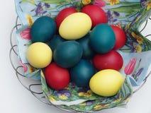 пасхальное яйцо глубины корзины eggs покрашенный зеленый цвет поля фокусируя отмелым Правоверная традиция пасхи Яичка Стоковое Изображение RF