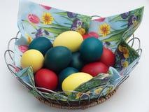 пасхальное яйцо глубины корзины eggs покрашенный зеленый цвет поля фокусируя отмелым Правоверная традиция пасхи Яичка Стоковые Фотографии RF