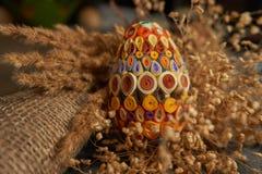 Пасхальное яйцо и высушенный букет цветка Стоковое фото RF