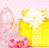 пасхальное яйцо коробки цветет подарок gerber Стоковое Изображение RF