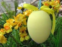 Пасхальное яйцо на цветках предпосылки Стоковое Фото