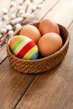 Пасхальное яйцо покрытое с шерстяной пряжей стоковое изображение