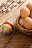 Пасхальное яйцо покрытое с шерстяной пряжей стоковая фотография