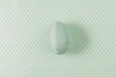 Пасхальное яйцо украшенное с салфеткой зеленой книги Стоковые Изображения