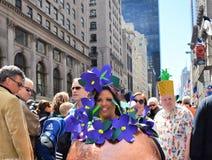 пасхальное яйцо costume золотистое стоковая фотография