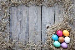 Пасхальные яйца в гнезде на досках год сбора винограда деревянных Стоковое Изображение