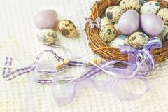 Пасхальные яйца в гнезде с декоративными лентами Стоковое Изображение