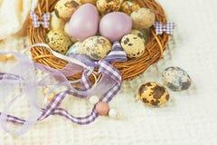 Пасхальные яйца в гнезде с декоративными лентами Стоковые Изображения