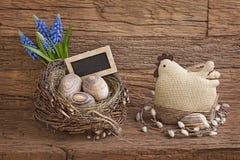 Пасхальные яйца в гнезде стоковая фотография rf