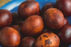 Пасхальные яйца в голубом керамическом шаре Покрашенный коричневый цвет с пятнами и отказами Стоковое Фото