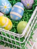 Пасхальные яйца в корзине провода Стоковая Фотография
