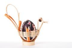 Пасхальные яйца в корзине Стоковые Изображения