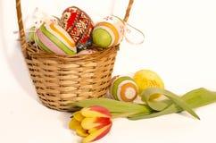 Пасхальные яйца в корзине Wicker Стоковое Фото
