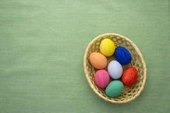 Пасхальные яйца в корзине yello на голубой предпосылке S1V1 Стоковое Изображение