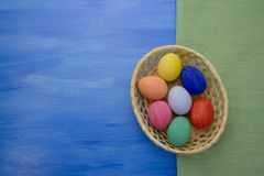 Пасхальные яйца в корзине yello на предпосылках S1V1 сини и ткани Стоковая Фотография RF