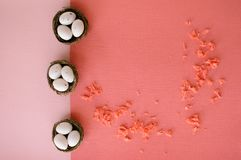 Пасхальные яйца в небольших корзинах стоковое изображение rf