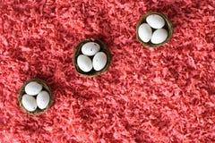 Пасхальные яйца в небольших корзинах стоковые фотографии rf