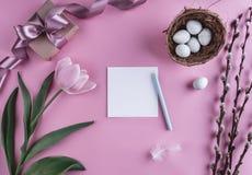 Пасхальные яйца в цветках гнезда и тюльпана на предпосылке весны Взгляд сверху с космосом экземпляра карточка пасха счастливая Стоковые Фото
