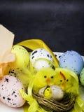 Пасхальные яйца и желтые цыплята на белой предпосылке стоковая фотография rf