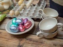 Пасхальные яйца и реальные яичка на дисплее стоковая фотография rf