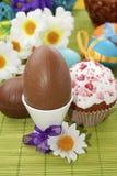 Пасхальные яйца и торт шоколада Стоковая Фотография