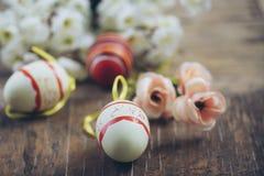 Пасхальные яйца и цветки цветения Стоковые Изображения RF