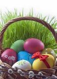 пасхальные яйца корзины цветастые Стоковое Изображение RF