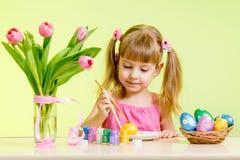 Пасхальные яйца краски девушки малыша Стоковая Фотография RF