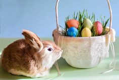 Пасхальные яйца кролика и в корзине Стоковое Изображение