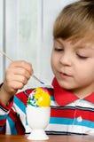пасхальные яйца мальчика Стоковое фото RF