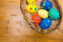 Пасхальные яйца на деревянной предпосылке, взгляде сверху стоковое фото rf