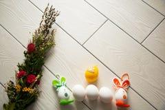 Пасхальные яйца на деревянной предпосылке пасха счастливая Творческое фото с eggsEaster пасхи eggs на деревянной предпосылке пасх Стоковое Фото