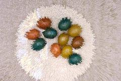 Пасхальные яйца на деревянной предпосылке с пустой карточкой стоковые изображения